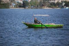 Vieux pêcheur sur Nile River en Egypte Photo stock