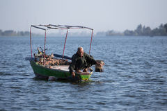 Vieux pêcheur sur Nile River en Egypte Images stock
