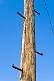 Vieux pôle de téléphone avec des échelons pour s'élever photos libres de droits