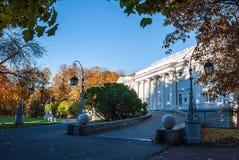 Vieux palais en stationnement d'automne Photographie stock