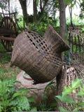 vieux panier de pêche en bambou utilisé Images libres de droits