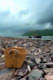 Vieux panier sur le bord de la mer photos stock