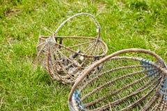 Vieux paniers en osier vides sur l'herbe verte photos libres de droits