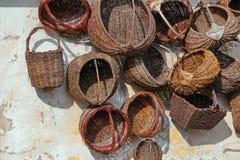 Vieux paniers sur le mur Image stock