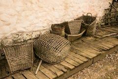 Vieux paniers sur le plancher en bois Images libres de droits