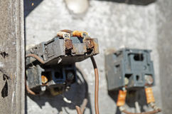 Vieux panneau électrique rouillé avec des fusibles et des contacts photographie stock libre de droits