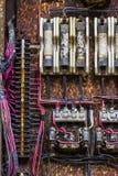 Vieux panneau électrique rouillé avec des fusibles et des contacts dans une usine d'automobile abandonnée I images libres de droits
