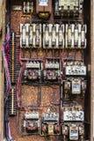 Vieux panneau électrique rouillé avec des fusibles et des contacts dans une usine d'automobile abandonnée II images libres de droits