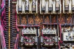 Vieux panneau électrique rouillé avec des fusibles et des contacts dans une usine d'automobile abandonnée III photos libres de droits
