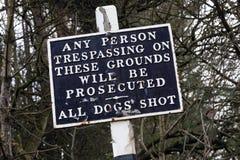 Vieux panneau d'avertissement - aucune infraction photo libre de droits