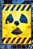 Vieux panneau d'avertissement nucléaire image libre de droits
