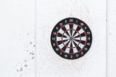 Vieux panneau de dard vide de cible Le vieux conseil coloré utilisé avec le sort de tirs se ferment dehors photos stock
