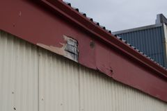 Vieux panneau en bois superficiel par les agents avec la texture de peinture d'épluchage images stock