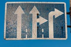 Vieux panneau routier droit-droit minable Photo libre de droits