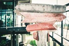 Vieux panneau routier en bois de flèche image libre de droits