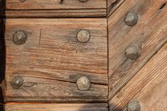 Vieux panneaux en bois avec des clous Place pour le texte La porte en bois du château Photographie stock libre de droits