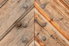 Vieux panneaux en bois avec des clous Place pour le texte La porte en bois du château Photos libres de droits
