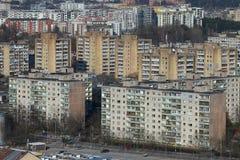 Vieux panorama de maisons de bloc de temps soviétique à Vilnius, Lithuanie photos stock