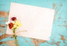Vieux papier avec des fleurs sur le bois de vintage Photo libre de droits