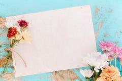 Vieux papier avec des fleurs sur le bois de vintage Images stock
