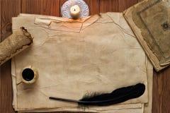 Vieux papier avec la bougie et cannette noire, fond vide pour le tex images libres de droits