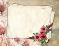 Vieux papier avec le chrysanthemum Photographie stock libre de droits