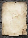 Vieux papier cloué à un fond en bois Photos libres de droits