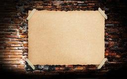 Vieux papier de Brown de cru grunge sur le brickwall Photo libre de droits