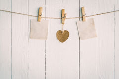 Vieux papier deux en blanc et accrocher brun de coeur Sur en bois blanc Image libre de droits