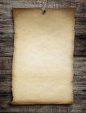 Vieux papier ou parchemin voulu goupillé par le clou au mur en bois photographie stock libre de droits