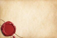 Vieux papier parcheminé ou lettre avec le joint rouge de cire Photographie stock libre de droits