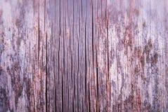 Vieux papier peint superficiel par les agents vertical de conseil en bois avec la peinture rouge rem image stock
