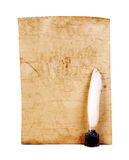 Vieux papier, plume blanche, plan rapproché d'encrier encastré d'isolement Rétro type Image libre de droits