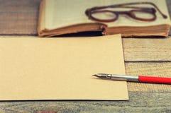 Vieux papier, stylo, livre et verres Photographie stock