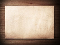 Vieux papier sur le bois Image libre de droits
