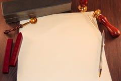 Vieux papier sur le fond en bois Photographie stock libre de droits