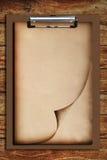Vieux papier sur le panneau de clip Photos stock