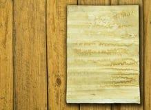 Vieux papier sur le vieux bois Images libres de droits
