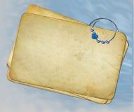 Vieux papiers grunges avec le trombone sur le backround bleu illustration stock