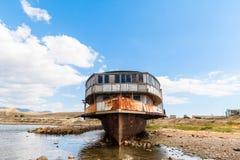 Vieux paquebot rouillé de roue sur le bord de mer Photos stock
