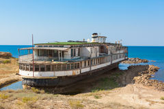 Vieux paquebot rouillé de roue sur le bord de mer Photos libres de droits