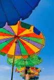 Vieux parapluies colorés multicolores avec des voies d'usage Photo stock