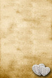 Vieux parchemin avec deux coeurs Image libre de droits