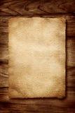 Vieux parchemin sur le bois photos stock
