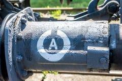 Vieux pare-chocs de chariot avec le signe du blanc A, sur la voiture de fret image stock