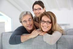 vieux parents de 1 de bébé d'enfants de famille de père mère à la maison heureuse d'étage jouant le sourire se reposant de salle  photo libre de droits