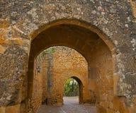 Vieux passage arqué dans le château antique photographie stock libre de droits