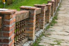 Vieux passage couvert flanqué de la balustrade de brique Image libre de droits