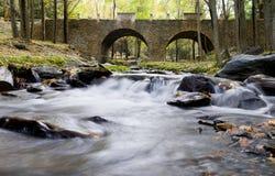 Vieux passerelle et fleuve Photo libre de droits