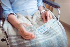 Vieux patient féminin dans le fauteuil roulant Images libres de droits